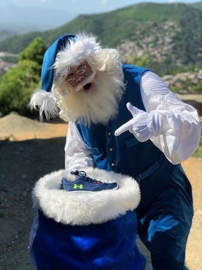 Le père Noël bleu en route pour surprendre l'école L'Union dans le village de Calvaire en Haïti (Groupe CNW/WESTJET, an Alberta Partnership)