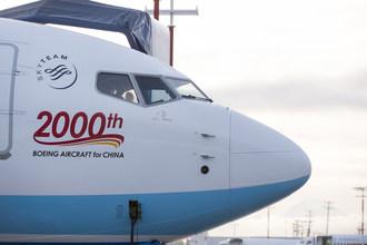 L'arrivée particulière, dans la flotte de l'aviation civile chinoise, de cet avion a vu un message exclusif peint sur le fuselage de celui-ci, « 2000th BOEING AIRCRAFT for CHINA » (PRNewsfoto/Xiamen Airlines)