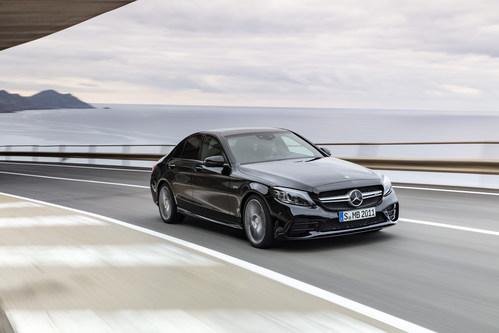 En novembre, Mercedes-Benz Canada a vendu 1 849 VUS et 1 462 voitures de tourisme, soit 3 311 unités au total. (Groupe CNW/Mercedes-Benz Canada Inc.)