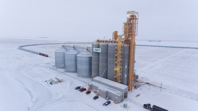 CP's 8,500-foot High Efficiency Product (HEP) train loads at G3's Pasqua elevator. (CNW Group/Canadian Pacific)
