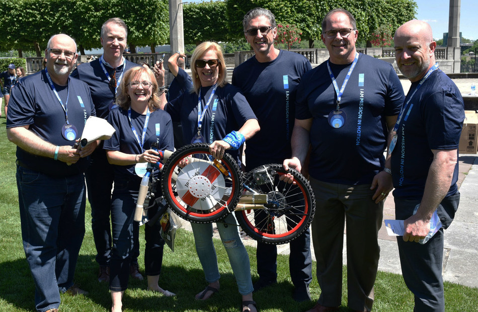 Medtronic Canada employees building bikes for charity (CNW Group/Medtronic of Canada, Ltd.)