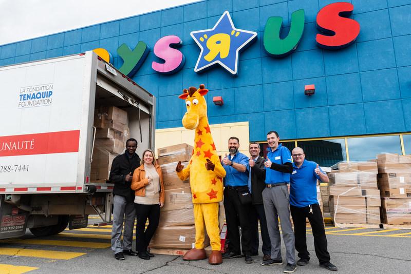 """Toys""""R""""Us Canada fait don de plus de 700 000 jouets aux collectes de jouets de l'Armée du Salut et Bay Street Fore a Cause à travers le pays, répandant la joie de Noël aux enfants moins fortunés. (Groupe CNW/Toys """"R"""" Us (Canada) Ltd.)"""