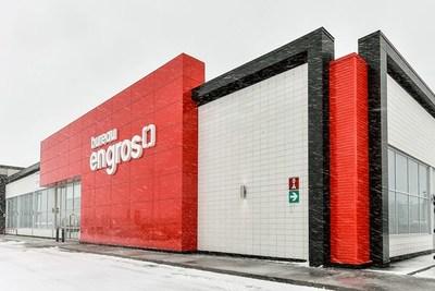 Façade du nouveau magasin concept Bureau en Gros à Kirkland, au Québec (Groupe CNW/Staples Canada/Bureau en Gros)