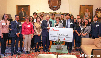 David W. Leebron, President of Rice University (fifth from left, front row) and Kim Taewon, SK Innovation E&P President (sixth from left, front row) attended the scholarship donation ceremony on the 6th of December.