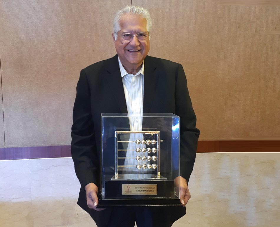 Arjun being honoured for his continued contribution to the technology industry with the Lifetime Achievement Award 2018 by Dataquest (PRNewsfoto/Magic Software Inc)
