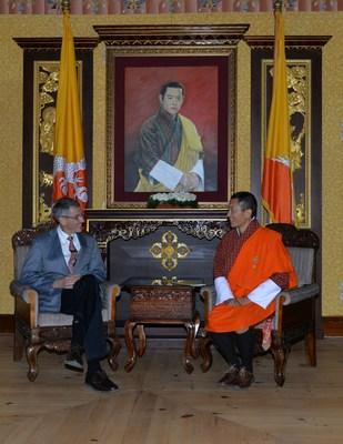 依視路董事局主席Hubert Sagnieres與不丹總理Lotay Tshering博士