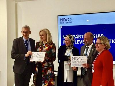 Alemanha e Marrocos, copresidentes da Parceria NDC 2016-2018, passam o bastão para a Holanda e a Costa Rica, os novos copresidentes (PRNewsfoto/NDC Partnership)