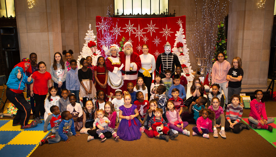 This morning, Sun Life Financial welcomed in the lobby of its prestigious building 100 children from the organizations Baobab familial, Carrefour familial Hochelaga, Toujours ensemble and PROMIS, for a magic Christmas gift opening. Here is one of the groups with Santa Claus. (CNW Group/Sun Life Financial Canada)