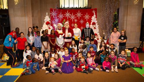 Ce matin, la Financière Sun Life recevait dans le hall de son prestigieux édifice, cent enfants des organismes le Baobab familial, le Carrefour familial Hochelaga, Toujours ensemble et le PROMIS, pour un dépouillement d'arbre de Noël empreint de magie. Voici l'un des groupes avec le père Noël. (Groupe CNW/Financière Sun Life Canada)