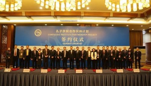 Le siège des instituts Confucius (le Hanban) signe un protocole d'entente stratégique avec le département provincial de la Culture et du Tourisme du Sichuan (PRNewsfoto/Sichuan Provincial Department o)