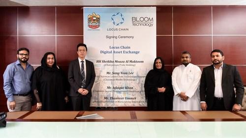 Cérémonie de signature en vue de la création et de l'exploitation de la plateforme « Locus DAX ». Troisième personne à partir de la gauche, président et chef de la direction de la Locus Chain Foundation, M. Sang Yoon Lee, et la princesse de Dubaï, son Altesse Shaikha Moaza Obaid Suhail Al Maktoum.