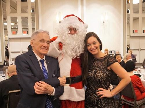 M. Viau, Vieil Ami, en compagnie du Père Noël des Petits Frères et de Josiane Poirier, bénévole (Groupe CNW/Les Petits Frères)