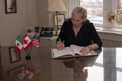 La ministre McKenna signe le chapitre sur l'environnement de l'Accord Canada-États-Unis-Mexique nouvellement ratifié dans son bureau du Parlement. L'Accord vient renforcer la coopération dans le domaine de l'environnement entre les trois partenaires commerciaux. (Groupe CNW/Environnement et Changement climatique Canada)