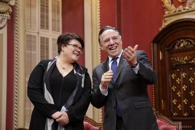 Le premier ministre du Québec, François Legault, accueille la nouvelle députée de Roberval au sein de ses troupes (Groupe CNW/Aile parlementaire de la Coalition Avenir Québec)