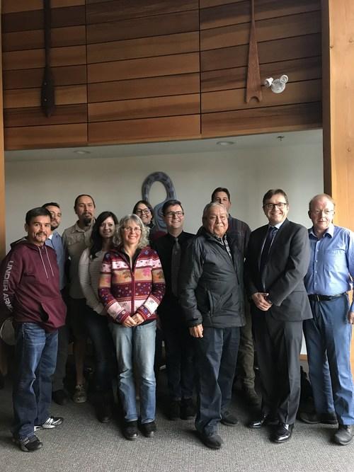 Le ministre Wilkinson rencontre les tribus Cowichan pour discuter de l'amélioration des habitats. (Groupe CNW/Pêches et Océans Canada)