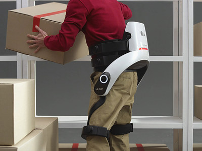 The wearable LG CLOi SuitBot supports the lower body to reduce stress when lifting and bending while the enhanced CLOi service robots – PorterBot, ServeBot and CartBot – will demonstrate their more advanced capabilities made possible by LG's continuously evolving AI and robotics know-how. (CNW Group/LG Electronics, Inc.)