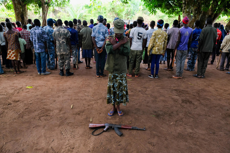 On 17 April 2018 in Yambio, South Sudan, a young boy stands during a ceremony to release children from the ranks of armed groups and start a process of reintegration. © UNICEF/UN0202136/Rich (CNW Group/UNICEF Canada)