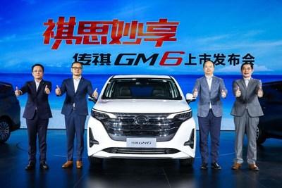Yu Jun, presidente da GAC Motor (segundo da direita para a esquerda), Yan Jian, vice-presidente da GAC Motor (primeiro da direita para a esquerda), Zhang Fan, vice-presidente do centro GAC de P&D (segundo da esquerda para a direita) e Zeng Hebin, presidente da GAC Motor Sales Company (primeiro da esquerda para a direita), em foto de grupo com a GM6 (PRNewsfoto/GAC Motor)