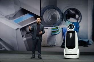 Le CLOi GuideBot de LG a partagé la vedette avec M. Park pendant l'allocution, devenant ainsi le tout premier robot à participer à une présentation au CES. (Groupe CNW/LG Electronics, Inc.)