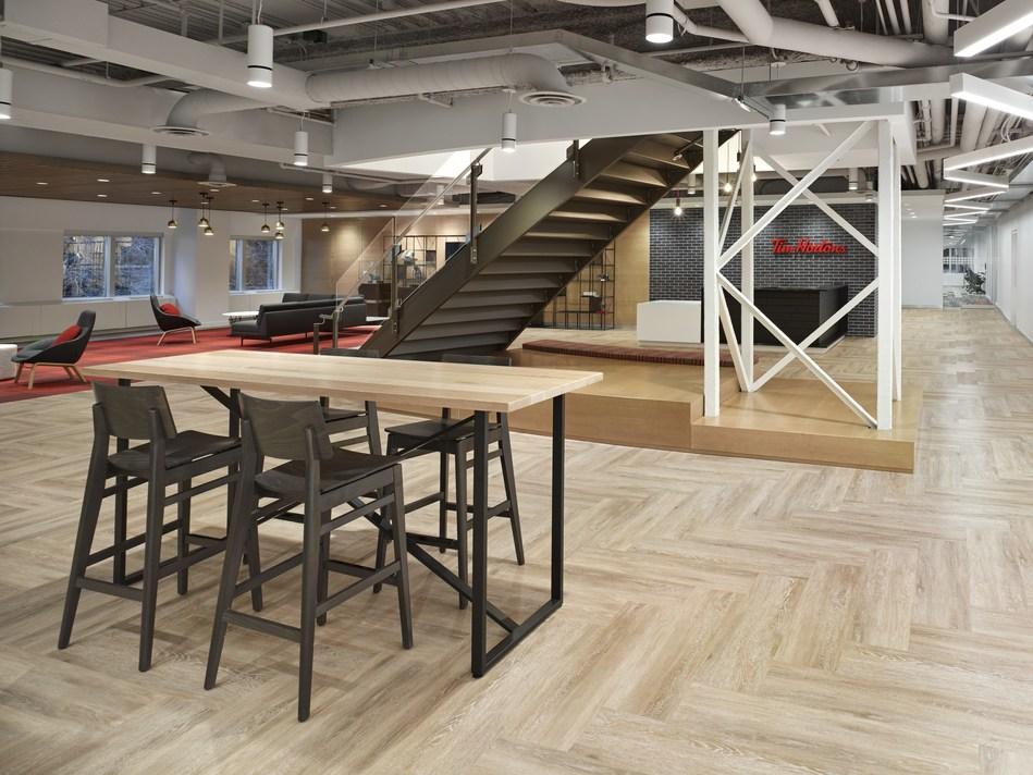 L'aire de réception de Tim& Hortons aménagée de plancher en bois et de brique exposée, et éclairée de lumière naturelle. Crédit photographie& : A Frame Inc. (Groupe CNW/Tim Hortons)