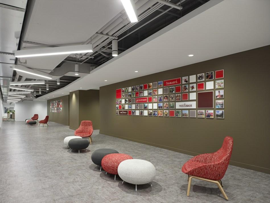 Des décorations et des symboles canadiens emblématiques sont répartis partout dans les bureaux et les aires communes. Crédit photographie& : A Frame Inc. (Groupe CNW/Tim Hortons)