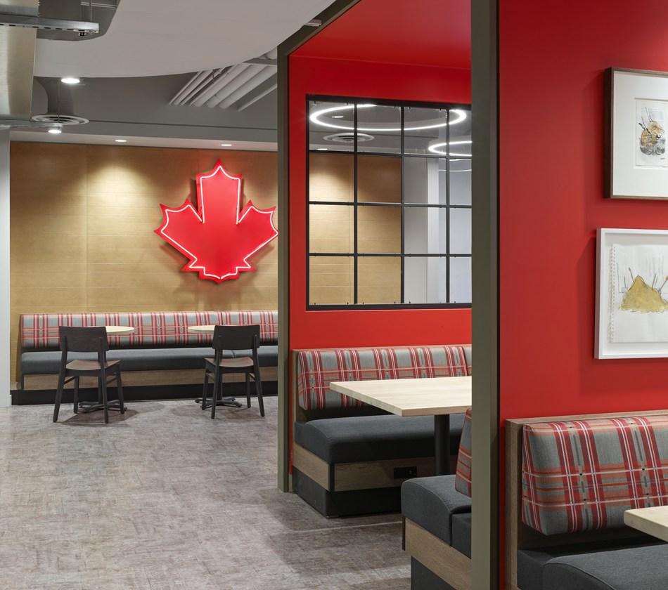 Des décorations et des symboles canadiens emblématiques sont répartis partout dans les bureaux et les aires communes. Crédit photographie& : A Frame Inc (Groupe CNW/Tim Hortons)