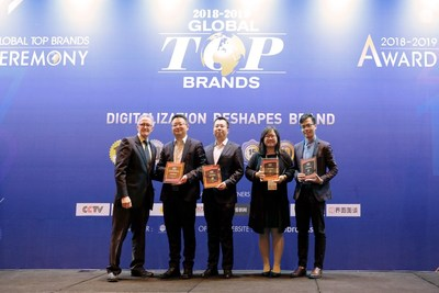 Jonny Wang, directeur général du siège social, Ventes et marketing outre-mer de SKYWORTH TV (deuxième à gauche), et Jack Lee, directeur du Service de gestion de la marque outre-mer de SKYWORTH TV (troisième à gauche) ont reçu les prix sur scène (PRNewsfoto/SKYWORTH)