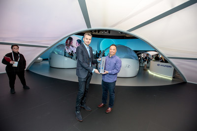 Alistair Weaver of Edmunds presents John Suh, Hyundai vice president and head of Hyundai CRADLE the 2019 Edmunds CES Tech Driven Award.