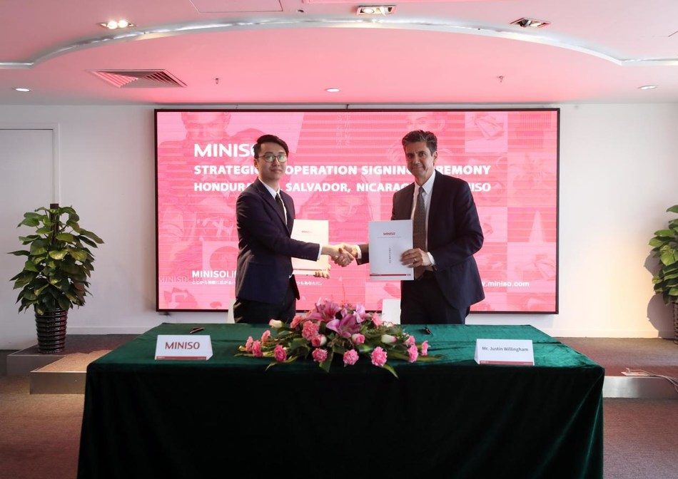 The representatives of MINISO and the Salvadoran partner signing the strategic cooperation agreement.
