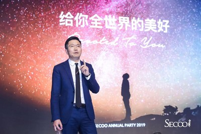 Li Rixue made a speech at the 2019 Secoo annual party.