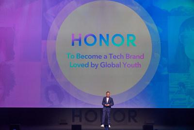 George Zhao charla con los asistentes al Lanzamiento Internacional de HONOR View20 en París, con el nuevo logo de la marca (PRNewsfoto/HONOR)