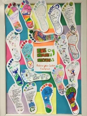 Les empreintes des élèves font valoir leurs messages de conservation énergétique. (Groupe CNW/Société géographique royale du Canada)
