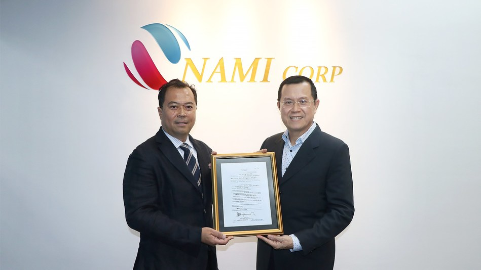 Chairman of NAMI Corp., Tan Sri Dato' Sri Ong Tee Keat (right) and Executive Director of JHW, Encik Syed Najmee bin Syed Nahar Shahabuddin hold the mining licence received from KATS.