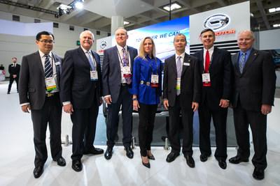 Foto de grupo del Sr. Zhan Songguang (tercero desde la derecha), vicepresidente ejecutivo de GAC Motor, con ejecutivos de NADA, entre ellos el Sr. Peter Welch (segundo desde la izquierda), presidente y director ejecutivo de NADA y el Sr. Wes Lutz (tercero desde la izquierda), presidente de la junta directiva de NADA. (PRNewsfoto/GAC Motor)