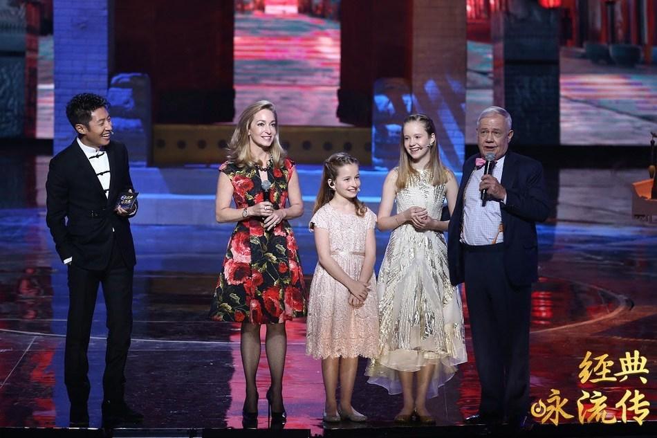 Família de Jim Rogers, como convidados no Everlasting Classics, um programa de poesia e música em chinês transmitido pela CCTV-1 (PRNewsfoto/CCTV.com)