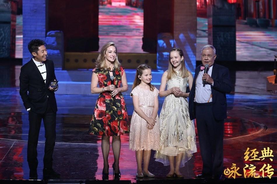 La familia de Jim Rogers como invitados en Everlasting Classics, un programa de poesía y música en idioma chino que se emite regularmente por CCTV-1. (PRNewsfoto/CCTV.com)