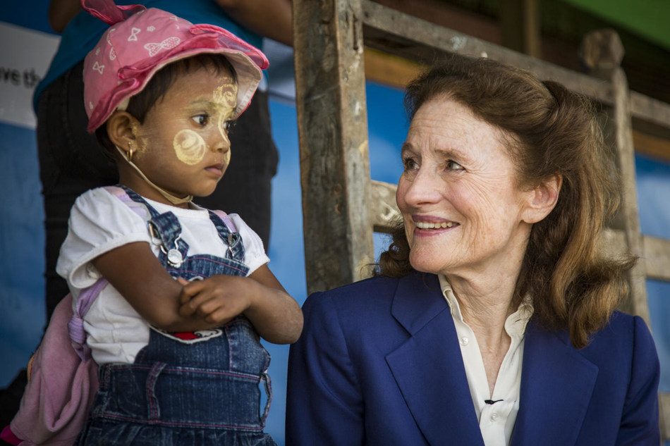 On 29 January 2019 in Mynamar, (right) UNICEF Executive Director Henrietta H. Fore visits the Thet Kel Pyin Muslim Internally Displaced Persons (IDP) camp and meets with children from Temporary Learning Centre,at Thet Kel Pyin Camp in Sittwe, the capital of Rakhine state. © UNICEF/UN0276542/Htet (CNW Group/UNICEF Canada)