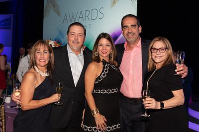 El equipo de FASTSIGNS de Puerto Rico celebra tras ganar el Premio FASTSIGNS® 2019 (PRNewsfoto/FASTSIGNS International, Inc.)