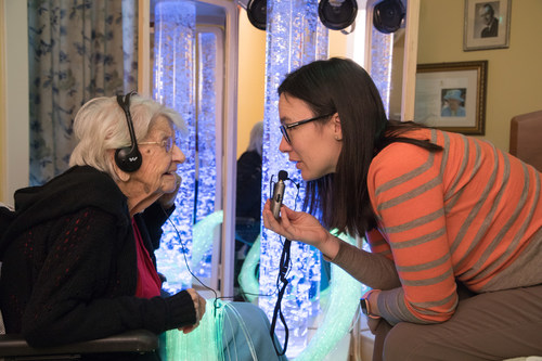 Jenny, Director of Care at Orchard View Long Term Care Facility and Elsie, a resident at the home, interact with ROVER, a multisensory therapy cart. ROVER provides a soothing and stimulating immersive environment to residents with dementia. The cart is portable and gives residents a sense of calm and control by delivering stimuli to various senses using lighting effects, colour, sounds, vibration, music, scents, and things to touch. (CNW Group/Canadian Foundation for Healthcare Improvement)