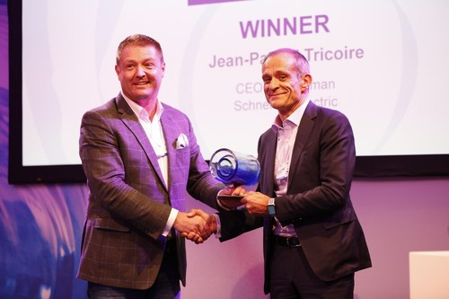 Peter Lacy, Senior Managing Director at Accenture Strategy, and Jean-Pascal Tricoire, Chairman and CEO at Schneider Electric, at The Circulars ceremony in Davos on January 21, 2019. (CNW Group/Schneider Electric Canada Inc.)