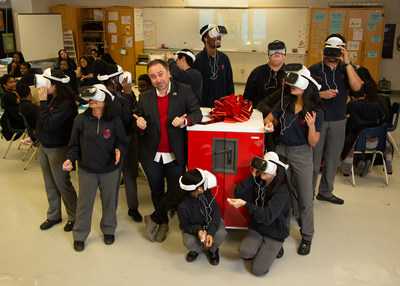 Visionary Teachers Award Recipient, Nicholas McCowan of Jean Vanier Catholic Secondary School tests out his new Lenovo VR Classroom kit with his students (CNW Group/Lenovo)