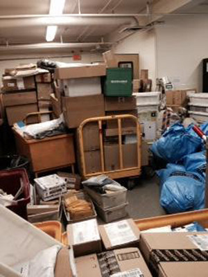 Photo showing Iqaluit post office crammed to the rafters with parcels. (CNW Group/Canadian Postmasters and Assistants Association)