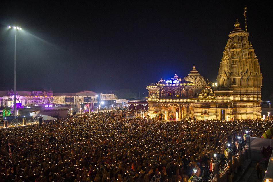 A Grand Aarti took place for the very first time outside Kirti Mandir with thousands taking part (PRNewsfoto/Jagadguru Kripalu Parishat)