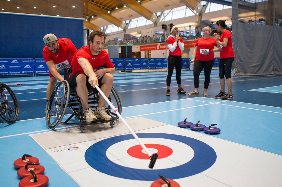 La Coupe ParaForts présente des équipes qui s'affrontent dans des défis d'inspiration paralympique, incluant du curling en fauteuil roulant, basketball en fauteuil roulant, et du volleyball assis. PHOTO: La comité paralympique canadien (Groupe CNW/Canadian Paralympic Committee (Sponsorships))