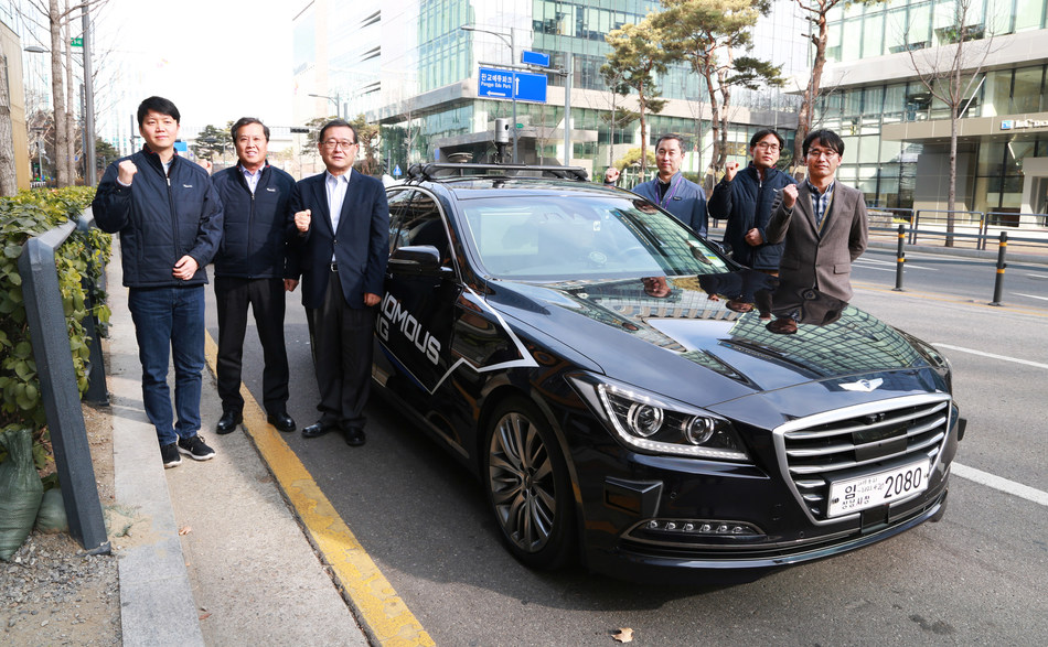 CEO Chung Mong-Won(third from left), Chairman of the Halla group, is taking a picture for commemoration with developers including President Il-Hwan Tak(second from left) after successfully completing level 4 autonomous driving in January.
