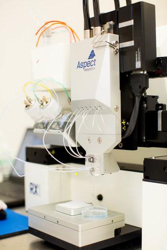 Des chercheurs du Conseil national de recherches du Canada utilisent une bio-imprimante RX1TM, une plateforme de bio-impression 3D microfluidique conçue par Aspect Biosystems de Colombie-Britannique pour développer un modèle tridimensionnel de la barrière hémato-encéphalique. (Groupe CNW/Conseil national de recherches Canada)