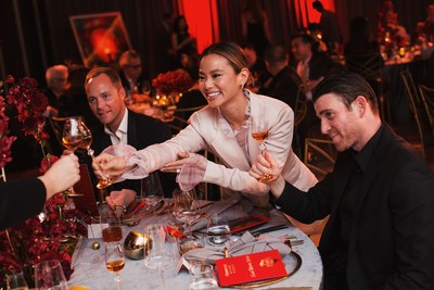 """女演员杰米-钟和她的丈夫、演员布赖恩-加连保格出席轩尼诗2019年2月13日在纽约市The Bay Room举行的""""East Meets West""""农历新年庆祝活动。晚会在庆祝两种文化、两种传统和酿造工艺相融合的同时,致敬轩尼诗的丰富历史以及与亚洲和亚裔美国社区的深厚渊源。"""