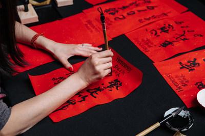 """轩尼诗于2019年2月13日在纽约市The Bay Room举行""""East Meets West""""农历新年庆祝活动,迎接猪年的到来。晚会在庆祝两种文化、两种传统和酿造工艺相融合的同时,致敬轩尼诗的丰富历史以及与亚洲和亚裔美国社区的深厚渊源。"""