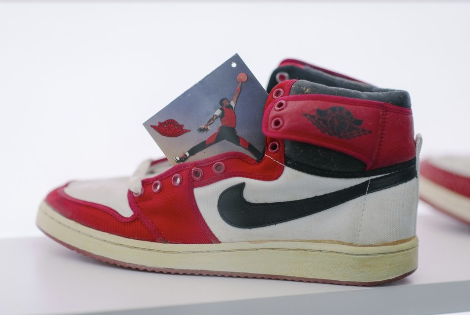 One-of-one pairs will also hit the marketplace courtesy of Jordy Geller of ShoeZeum fame. ShoeZeum's top items include one of the most iconic basketball sneakers of all time: six original Jordan 1's, including the iconic colorways of Chicago, Bred, and Royals.