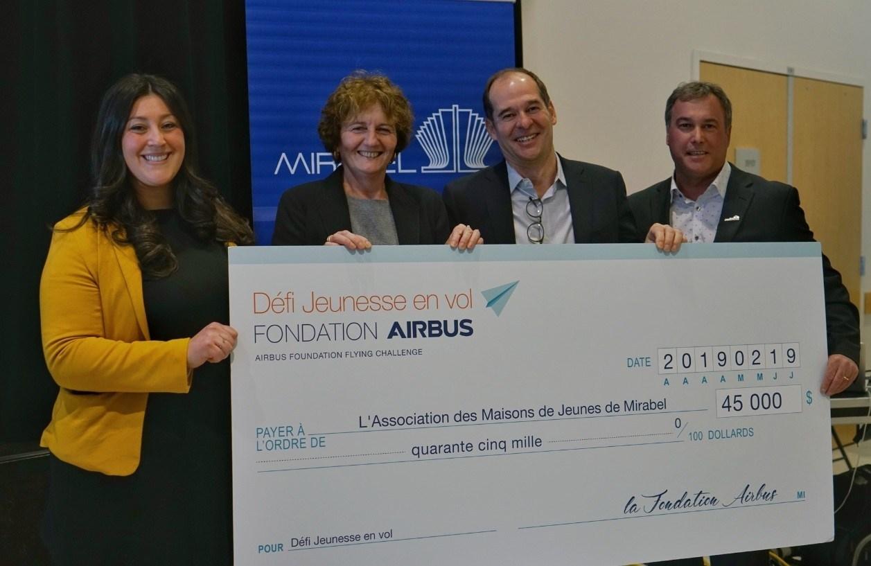 La Fondation Airbus a versé un don de 45 000 $ à l'AMJM pour financer la première année du Défi Jeunesse en vol. Les conférenciers présents lors de la remise du chèque symbolique étaient, de gauche à droite : Sabrina Abdeddaim, Directrice générale de l'AMJM; Marie-Claire Certiat, Directrice de programmes pour la Fondation Airbus; Philippe Balducchi, chef d'Airbus Canada et PDG du partenariat A220; ainsi que Jean Bouchard, maire de Mirabel. (Groupe CNW/Fondation Airbus)
